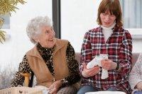Freude im Altenheim der Alerds-Stiftung in Braunschweig: Ilse Eilert (rechts) arbeitet dort auf einem ausgelagerten WfbM-Arbeitsplatz der Lebenshilfe Braunschweig.