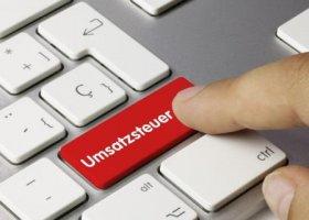 Rote Taste mit dem Wort Umsatzsteuer beschriftet auf einer PC-Tastatur