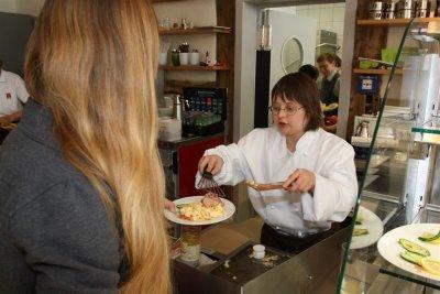 Foto zeigt Katrin Langewitz bei der Ausgabe von Speisen