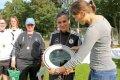 Annike Krahn übergibt Meisterplakette an Siegerinnen des Frauenfußballturniers 2017