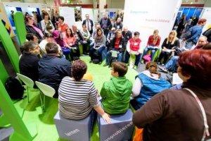 Menschen tauschen sich auf dem Karriere:Forum 2016 aus