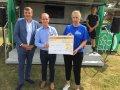 Martin Berg, Vorstandvorsitzender der BAG WfbM, und Tobias Wrzesinski, Geschäftsführer der DFB-Stiftung Sepp Herberger haben eine Spende an die Familie von Maik Ebert überreicht.