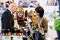 Besucher schauen sich die Produkte der Lebenshilfe Nürnberg an.