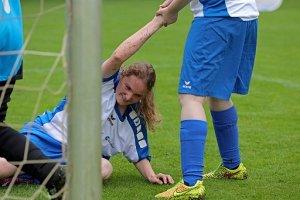 Fairplay - Spielerin hilft einer anderen beim Aufstehen