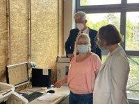 Dr. Rolf Schmachtenberg und Dr. Annette Tabbara lassen sich einen Arbeitsplatz zeigen.